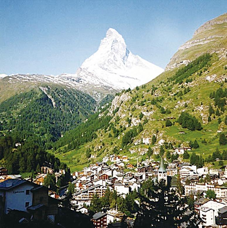 瑞士策馬特(前)和馬特洪峰(後)。(Stan Shebs/維基百科)