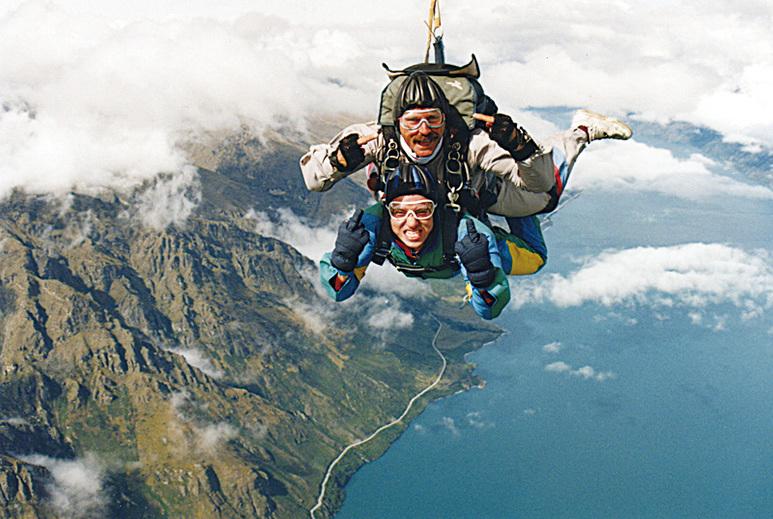新西蘭昆士敦有豐富的終極探險活動,圖為跳傘。(DAVID HOLT/Flickr)