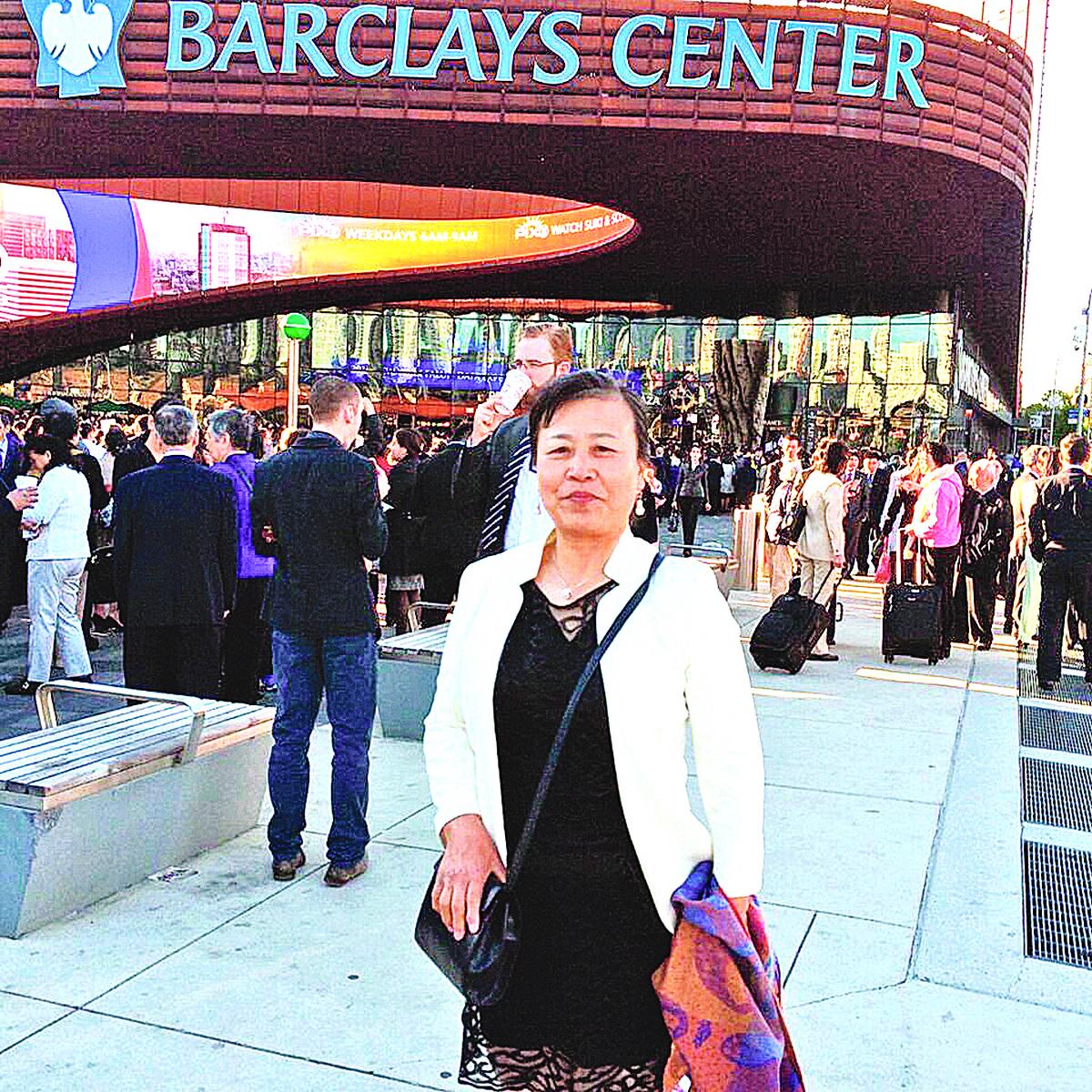 畢女士從英國飛到美國紐約參加法輪大法國際心得交流會,在會場外留影紀念。(畢女士提供)