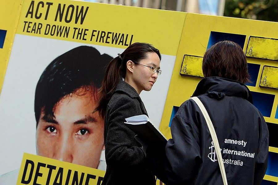 2008年7月30日在悉尼舉行的一個活動中,一名大赦國際組織成員(右)與一名女子在交談,話題是結束中共對互聯網的大規模過濾和封鎖。(GREG WOOD/AFP/Getty Images)
