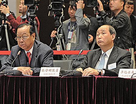 同時是民建聯成員和新社聯榮譽會長的張學明(右),因眼疾不留任行政會議,位置由劉業強接替。(政府新聞網)