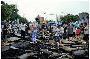 陝西洪水沖毀「豆腐渣」路