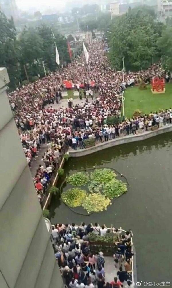 2017年7月24日善心匯成千上萬人在北京示威。(網路圖片)