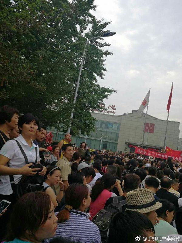 2017年7月24日善心匯成千上萬的人在北京大紅門國際會展中心前示威。(網路圖片)