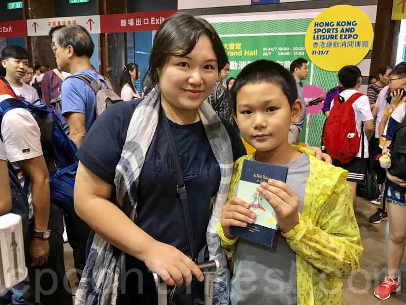 來自深圳的吳小姐表示,特意帶著升讀小四的兒子到書展買正體字書。(王文君/大紀元)