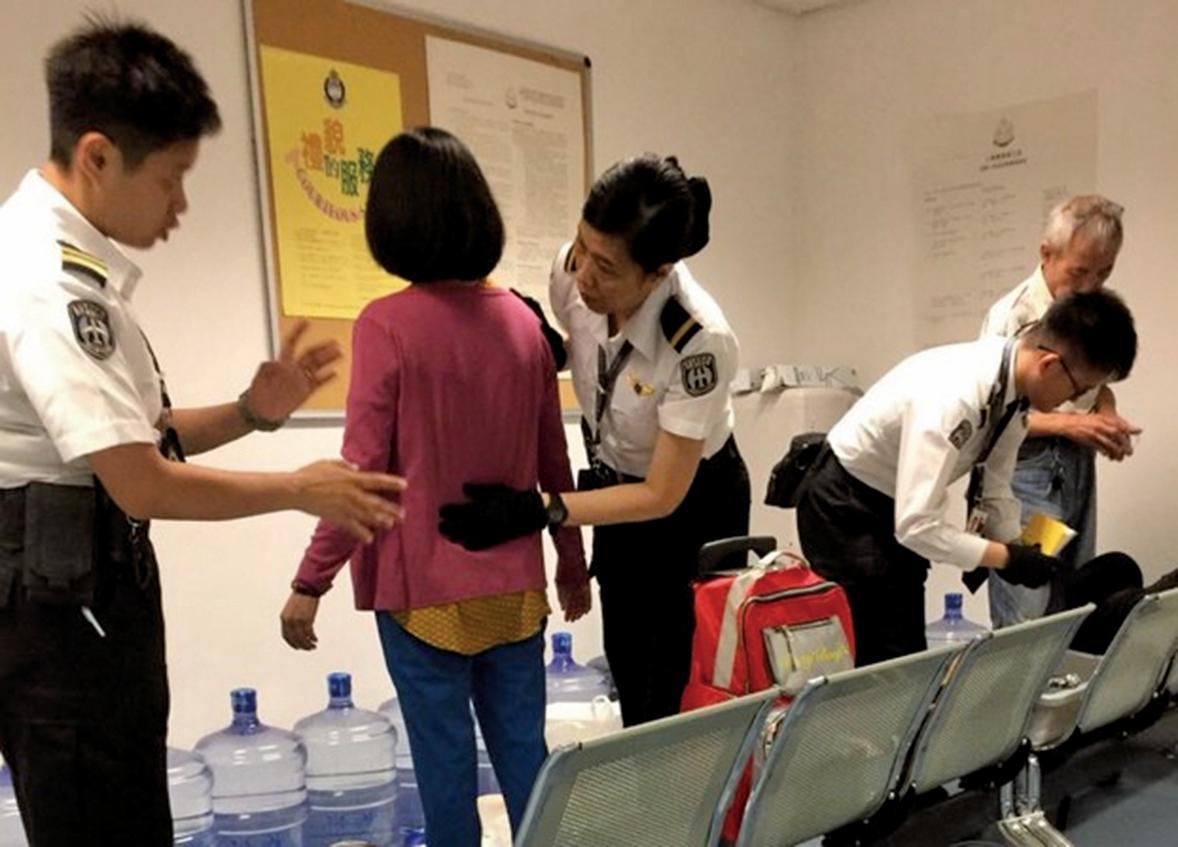 遭港入境處警察搜身的台灣法輪功學員。(台灣法輪功學員提供)