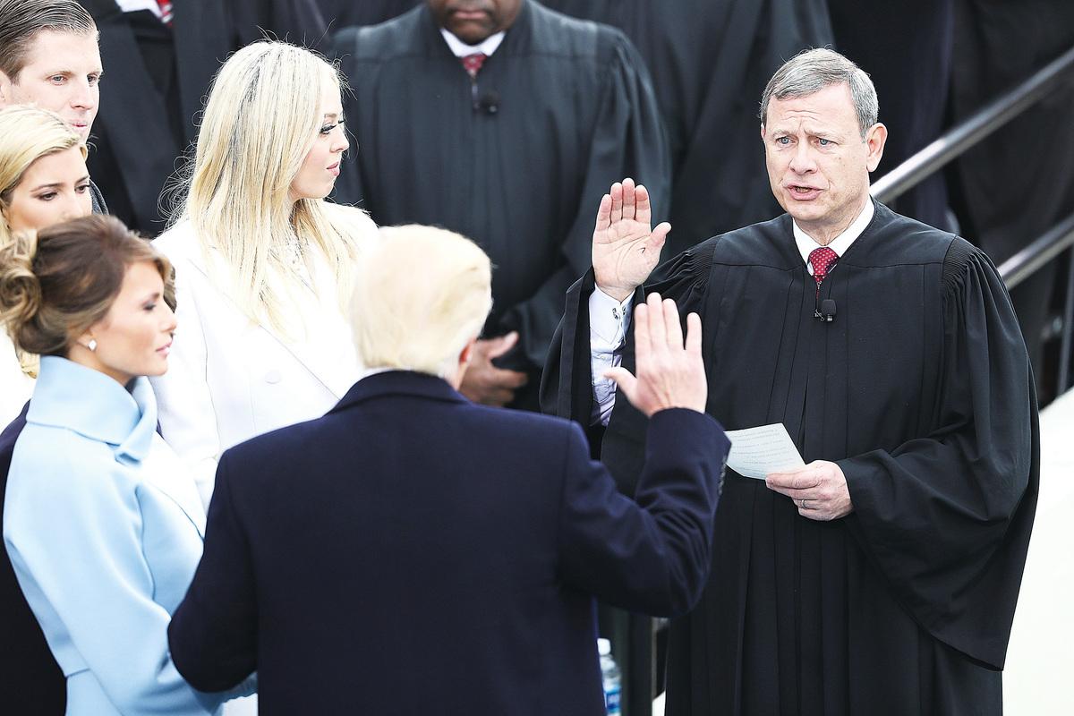 美國首席大法官羅伯茨論述的成功之道,令人深思。圖為羅伯茨(右)今年一月在國會山主持總統川普的宣誓就職儀式。(Getty Images)