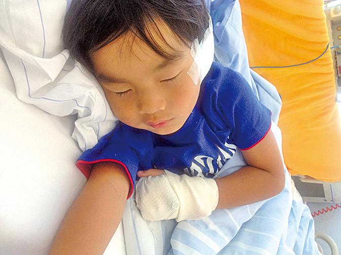 阿恒一家憶述3年前遊德國,在一超市購物時,5歲的謙謙突從手推車跌下受傷的驚魂故事。(受訪者提供)