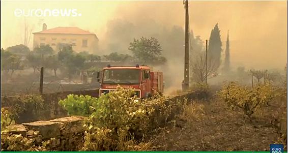 法國東南部最近一宗野火持續延燒兩日,25日晚間連夜疏散了1萬人。(視頻擷取)