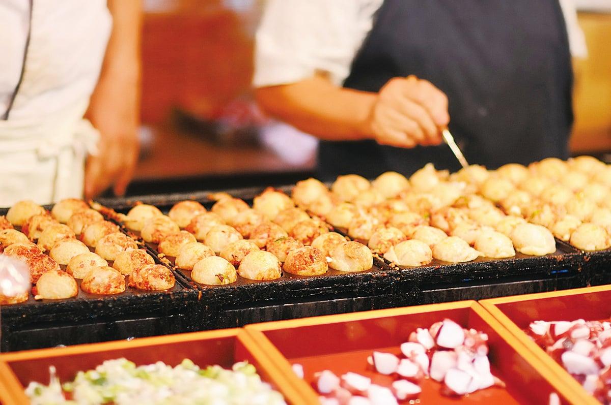 大阪的章魚丸子裏面完全軟的,入口即化。而且做法豐富多樣,除了塗醬料的,還有湯煮的、加忌廉的等等,甚至甚麼都不加也一樣好吃。(PIXTA)