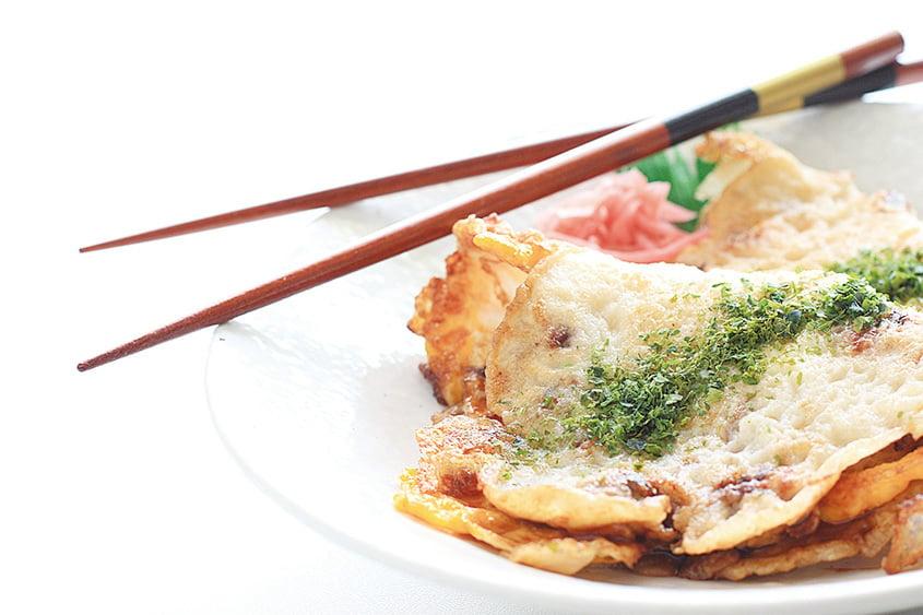 大阪的魷魚燒其實是用麵和雞蛋裹的,外觀有點兒像煎餅果子,但味道非常鮮美。(PIXTA)