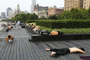大陸97縣市高溫達40℃ 上海民眾湧外灘露宿