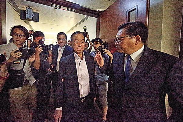 2015年建制派因「等埋發叔」致政改方案被高票否決,劉皇發要當眾道歉,其後黯然淡出政壇。(大紀元資料圖片)
