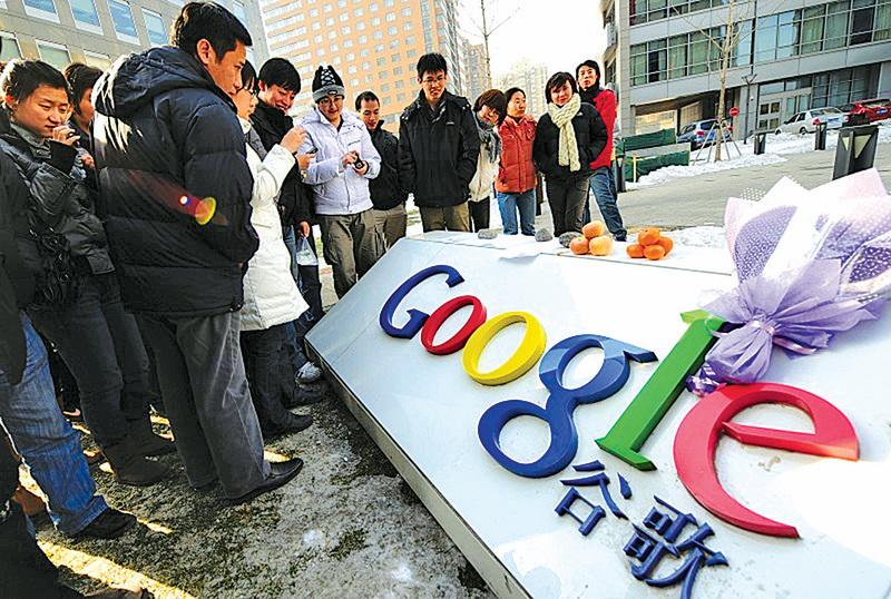 自2010年Google(谷歌)公司撤出中國後,大陸網民需以「翻牆」方式連結有關網站,但早前有網民發現可無須翻牆而連結谷歌,不少網民為此歡騰。圖為當年谷歌撤離中國時,網民到谷歌中國總部獻花。(Getty Images)