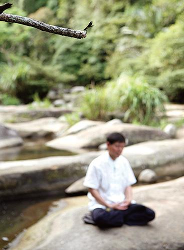 《美國國家科學院期刊》所發表關於打坐的隨機取樣研究,結果顯示在一周後迅速提升注意力並有效控管壓力、焦慮與疼痛。(攝影/連黎)