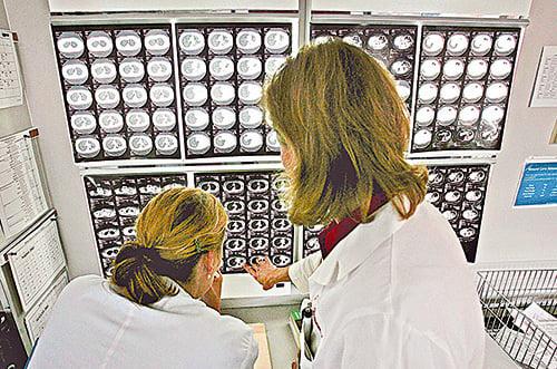 斷層掃瞄能看到「有形」的大腦組織,看不到「無形」的、藏在松果體的「元神」。(AFP)