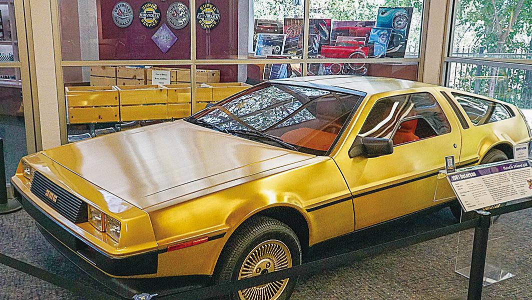 雷諾的「國家汽車博物館」中的另一收藏——1983年鷗翼車門DeLorean,全身鍍了24K黃金。(李旭生/大紀元)
