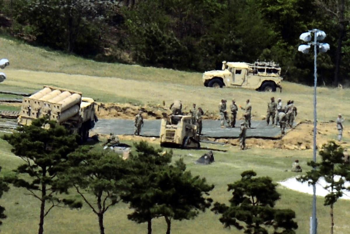 針對北韓28日夜間再次發射洲際導彈,南韓總統文在寅29日凌晨1時主持召開國家安全保障會議(NSC)全體會議,指示韓軍與美軍聯合發射彈道導彈等對朝進行武力示威,並指示部署剩餘4輛「薩德」發射車。(newsis)