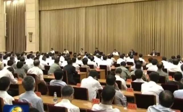 中南海召集省部級高官進京在京西賓館開了兩天的會議,主席台沒有懸掛橫幅。(視頻截圖)