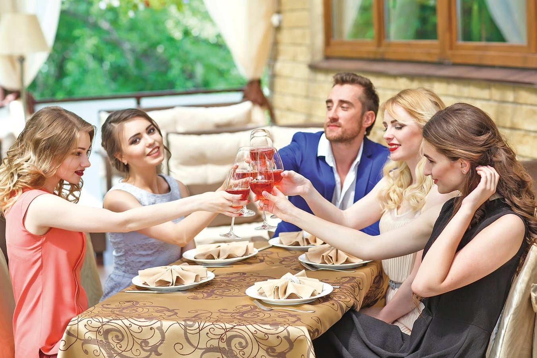 在親朋好友相聚的夏日裏,露茜酒是最佳良伴。