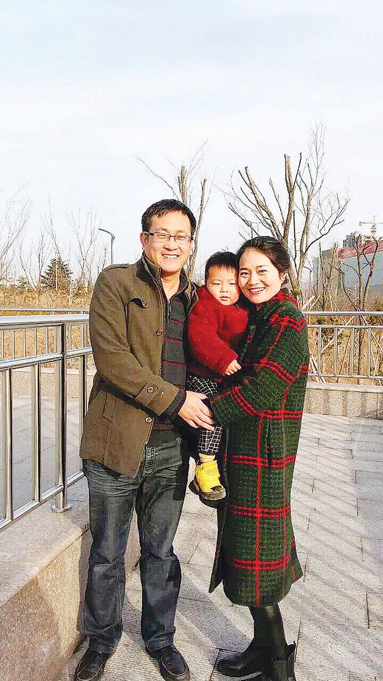 王全璋與妻子李文足和兩歲的兒子。(大紀元資料室)