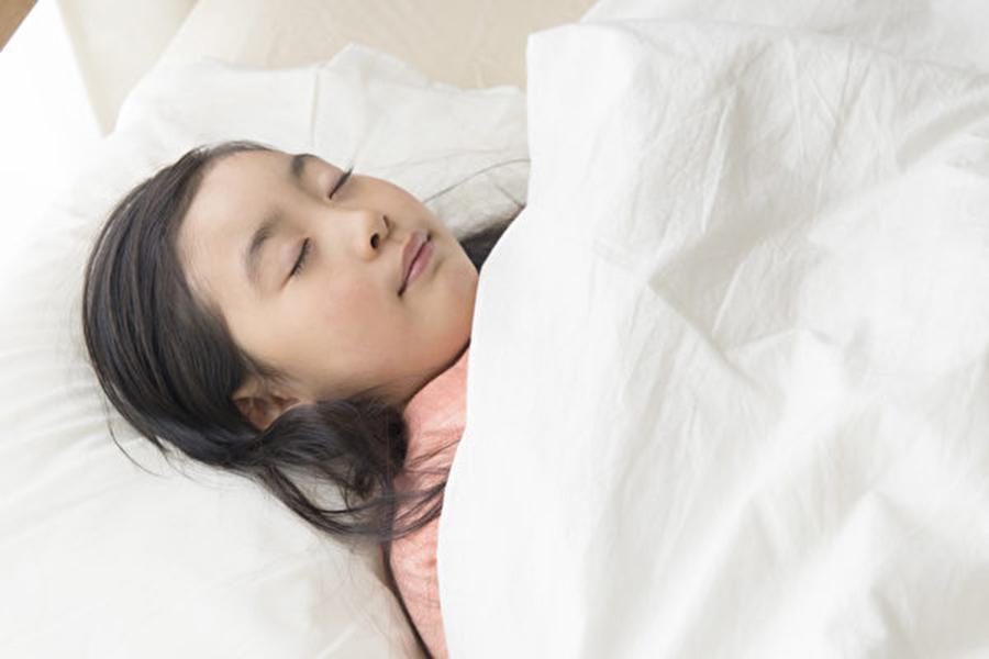 日本專家介紹說,我們每晚睡覺時,出的汗大概有一茶杯那麼多,所以久而久之,寢具也吸了飽飽的皮脂、汗,變得很髒。(PIXTA)