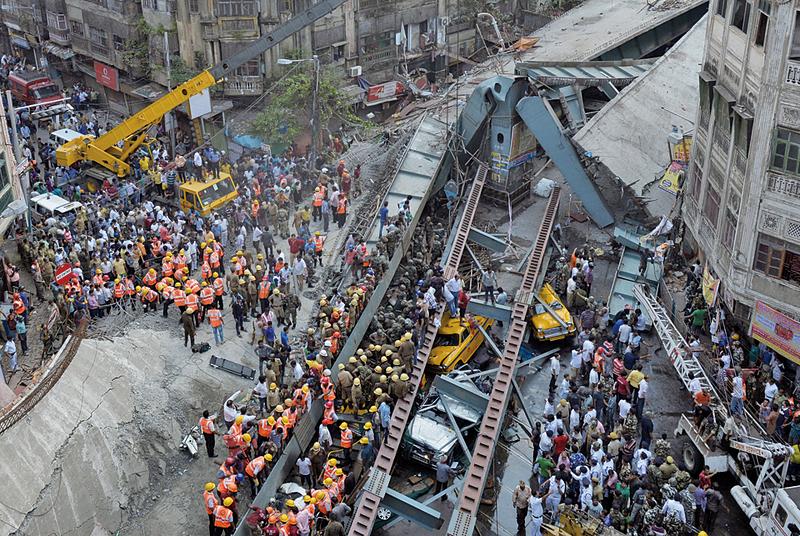 圖片新聞:印度天橋倒塌 14死150人被埋