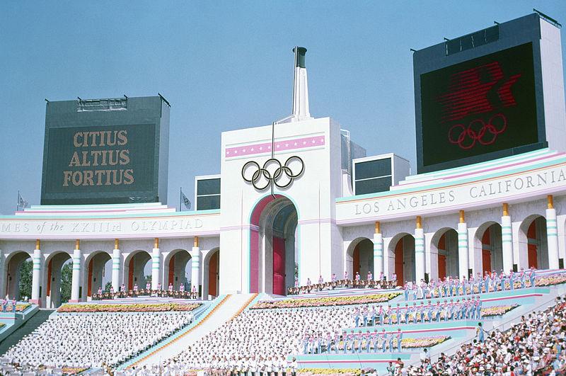 經過數星期與國際奧林匹克委員會(IOC)的協商後,洛杉磯同意主辦2028年夏季奧運,並由法國巴黎承辦2024年夏季奧運。圖為洛杉磯紀念體育場。(維基百科)