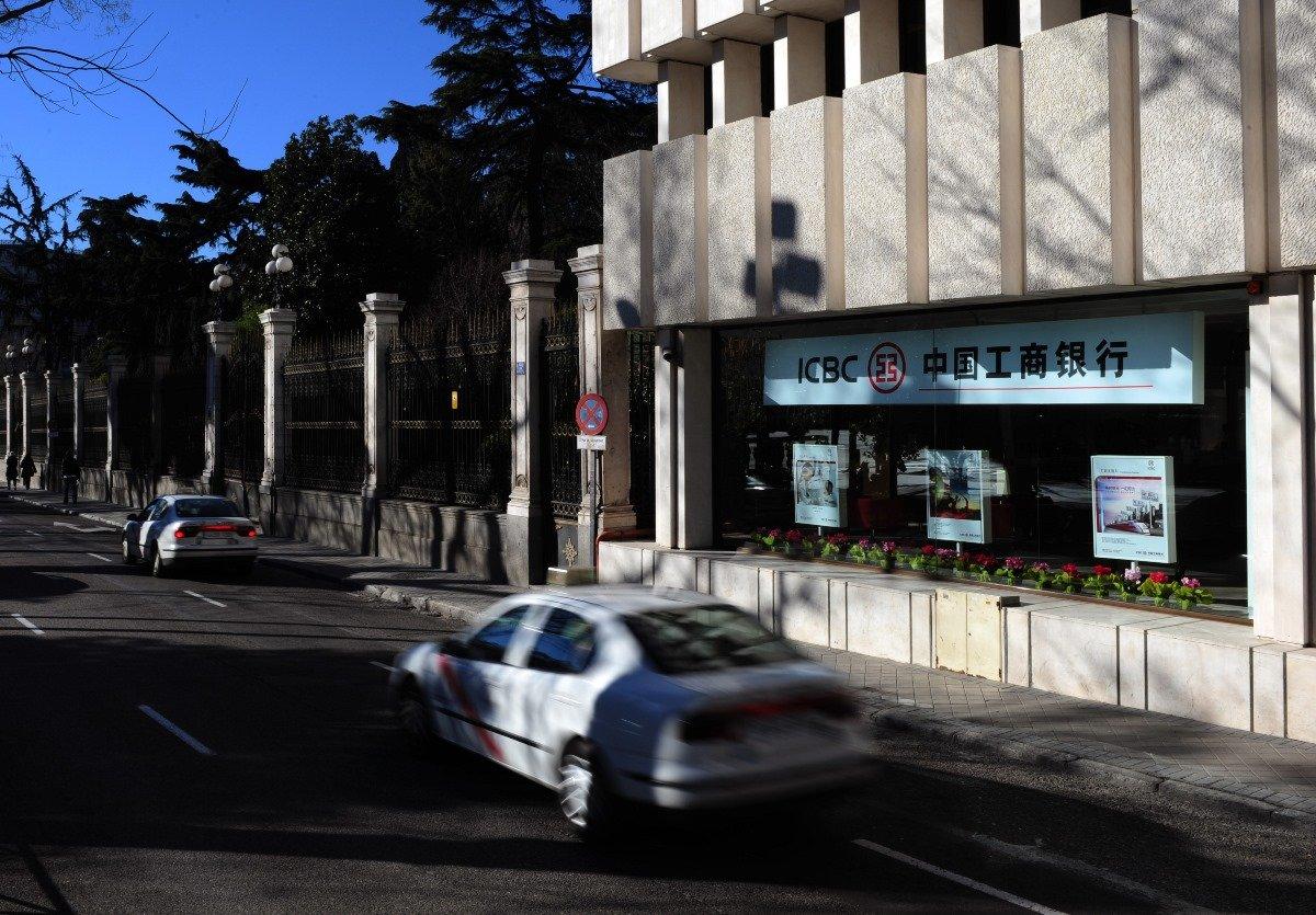 西班牙警方表示,當在西班牙的中國居民需要將一堆非法現金帶回家時,他們發現在中國工商銀行(ICBC)可以辦得到。圖為馬德里一家工商銀行。(Photo by Jasper Juinen/Getty Images)