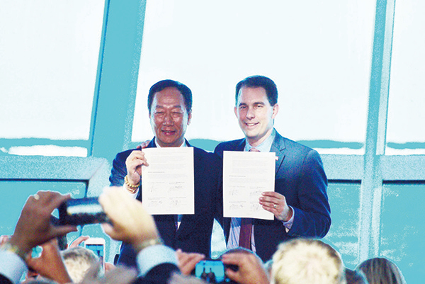 台灣鴻海集團董事長郭台銘(左)7月27日與美國威斯康辛州州長沃克簽署投資合作備忘錄。(中央社)