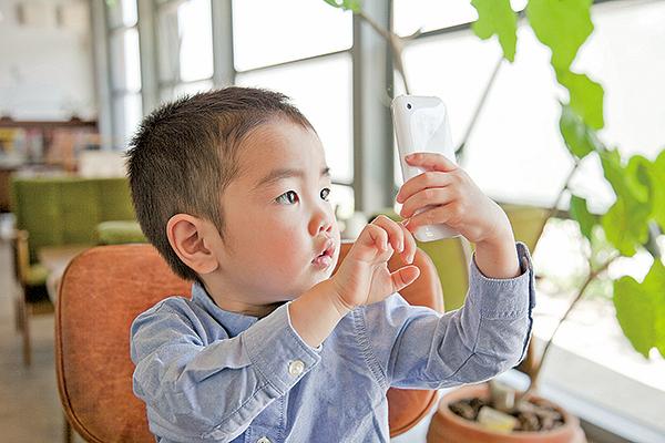 衛生署上月調查發現,香港兒童使用電子屏幕產品有上升趨勢,平均從1歲起就使用智能手機,小學生有逾一成每日上網超過3小時。(Fotolia)