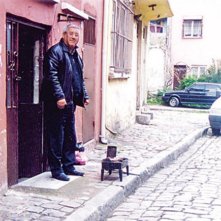 在自家門前正在準備烤肉的當地人。他的五官柔和像東方人臉孔,欣然地讓我拍照。