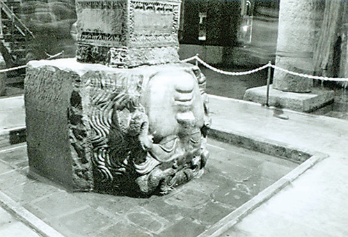 被倒置的美杜莎頭像,另一個頭像則是側邊倒置,據說用途是為了石柱的穩固考慮。