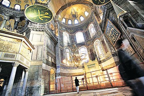 聖蘇菲亞大教堂大廳聖母的馬賽克鑲嵌畫重新顯現在世人面前。(Getty Images)