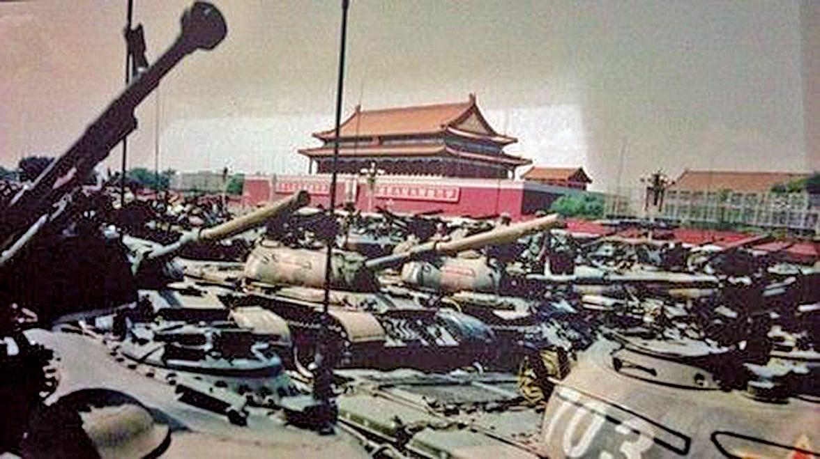 八九年的民運,上萬學生苦苦哀求(有一幫人是長跪不起),要求中共接受最起碼的和解條件,而回答學生們的請願是坦克、是機關鎗的大屠殺。(網絡圖片)