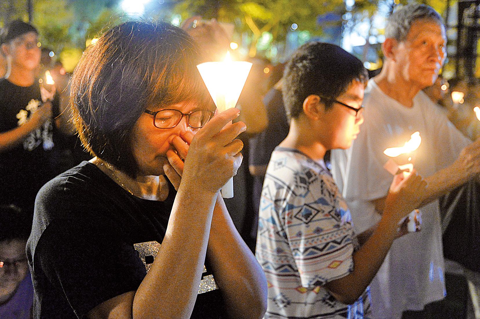 中國的知識份子,飽受中共暴政的欺騙和迫害。圖為2017年6月4日晚,香港11萬市民參加悼念「六四」的燭光悼念會,呼籲結束一黨專政。(大紀元資料室)