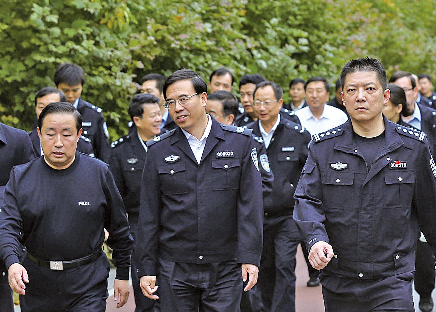 中共公安部政治部主任夏崇源(中)的簡歷被從公安部官網撤下。(大紀元資料室)