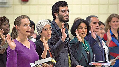想移民加拿大的外國投資企業家怎麼辦?據加拿大移民網站報道,他們正在通過購買加國企業,向渥太華申請臨時工簽進入加拿大。(Canadian Press)