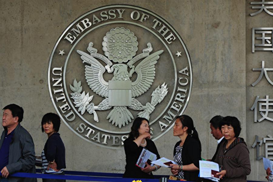 美國今年5月試行嚴審簽證程序,要求美簽申請人填表提供社媒帳號及個人信息,未來將正式實施三年,全球各國都受影響。(MARK RALSTON/AFP/GettyImages)