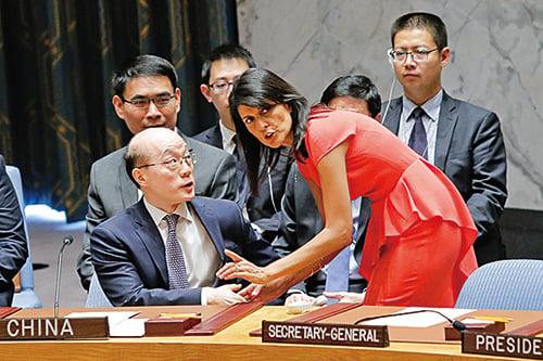 美國駐聯合國大使黑利(右)與中國常駐聯合國代表劉結一(左)在表決制裁北韓前交談。