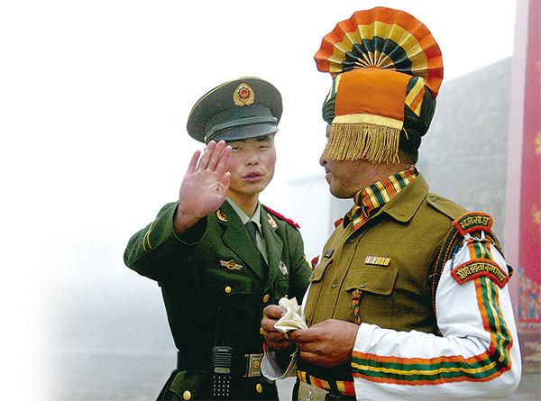 外界認為,中印在洞朗的邊境對峙屬於面子之爭,雙方不願武力衝突,卻難以提早妥協。圖為在距洞朗只有約15公里的中印邊境乃堆拉山(Nathu La)邊貿口岸的中印士兵。(AFP)