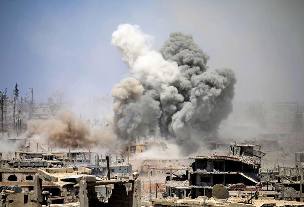 今年5月,敘利亞反抗軍的據點,仍遭到阿薩德政府軍的轟炸。(AFP)