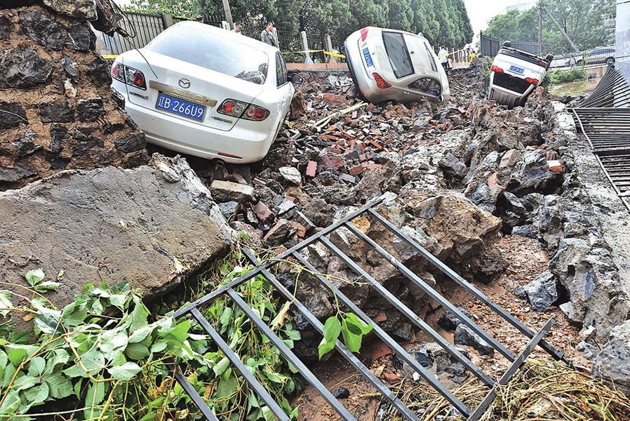 【圖片新聞】大連暴雨小區擋土牆塌車輛受損
