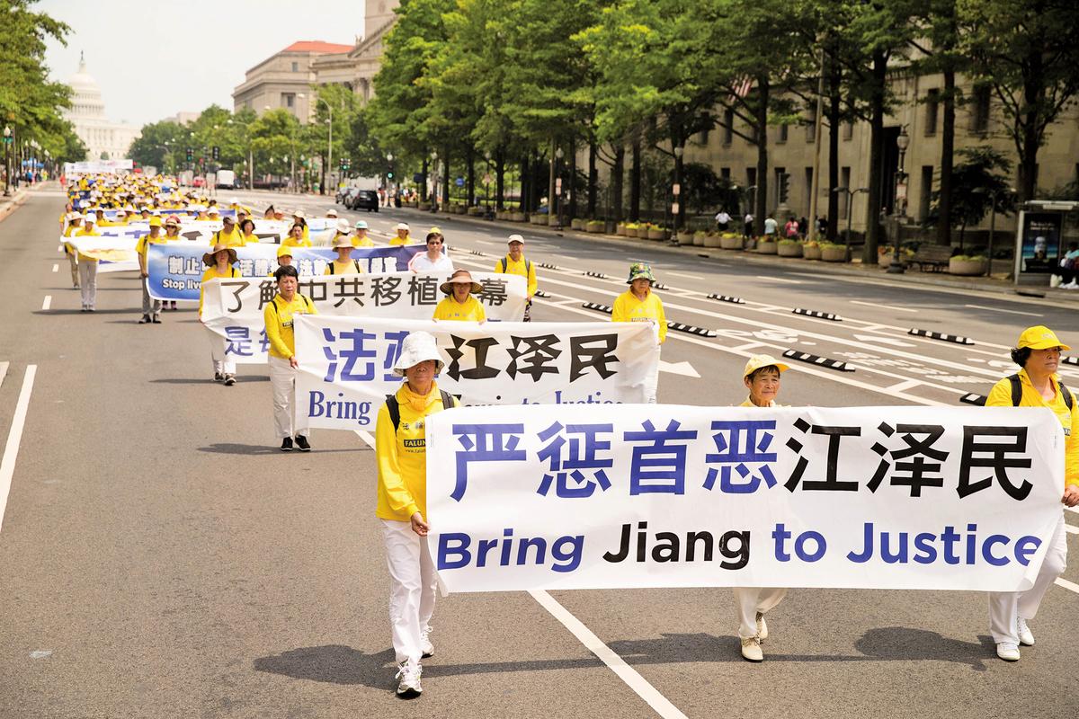 今年7月20日,法輪功學員在華盛頓DC舉行反迫害大遊行,打出「法辦江澤民」等橫幅。(戴兵/大紀元)