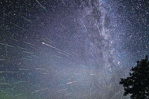 錯過月偏食的市民,可以在本周末觀賞另一天文現象——英仙座流星雨。(網絡圖片)