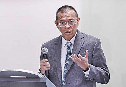 東方海外財務總監董立新,否認賣盤受到任何政治壓力。(余鋼/大紀元)