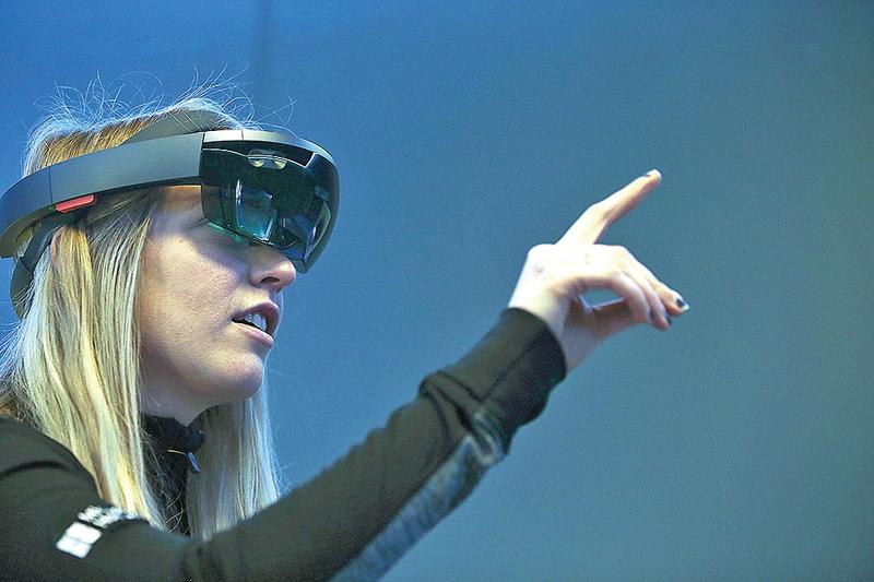 微軟穿戴式擴增實境裝置HoloLens開發版已經出貨給開發者。(Getty Images)