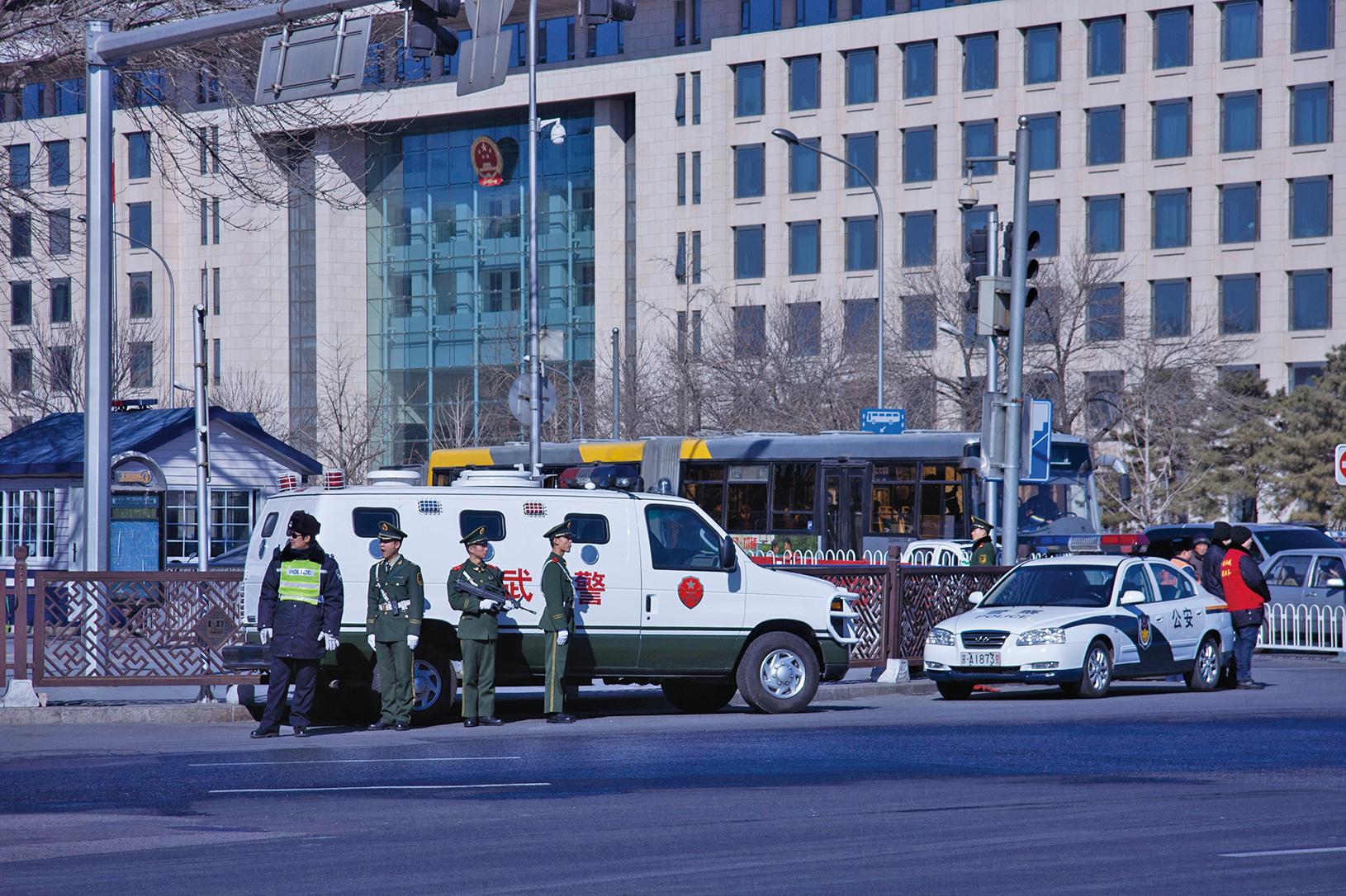 陳敏爾、蔡奇、胡春華三名地方要員,都公開稱要保障中共十九大的「政治安全」。圖為北京街頭武警。(大紀元資料室)