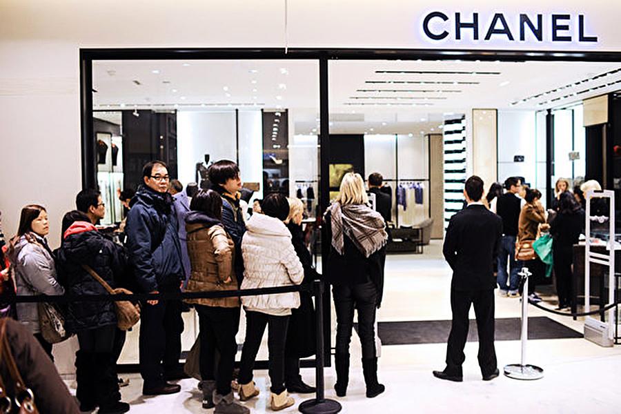 大陸民眾海外爆買奢侈品原因曝光