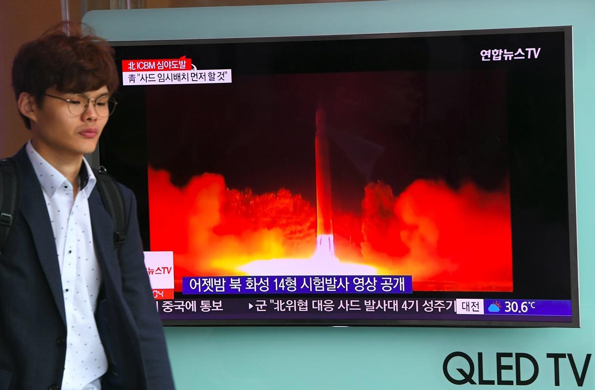 根據一份最新的民意調查,大多數美國人認同北韓發展核武項目是對美國的一個重大威脅,並且支持美國派軍幫助遭北韓入侵的南韓,這是近三十年來首次超過半數的受訪者贊成美軍支援南韓。(JUNG YEON-JE/AFP/Getty Images)